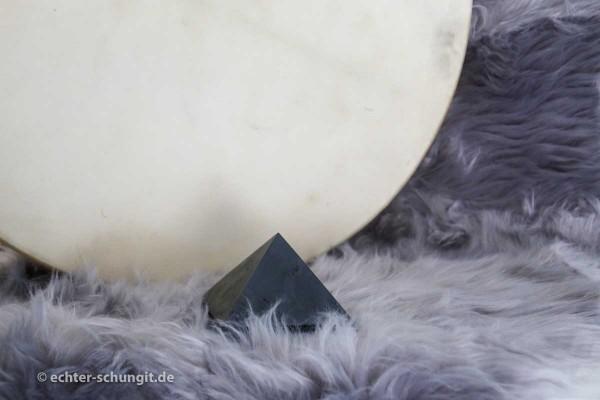 polierte Schungit Pyramide aus Karelien
