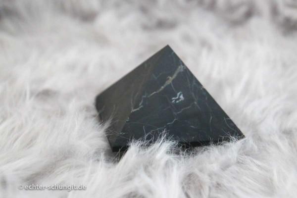 schungit-pyramide-pyrit
