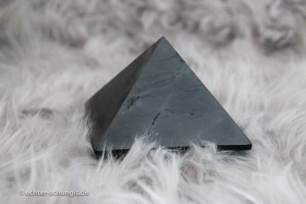 Pyramide aus Schungit poliert