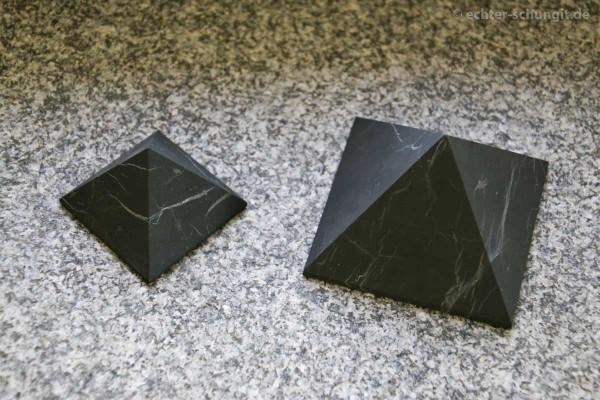 Schungit Pyramide aus echtem Schungit aus Karelien 7 cm