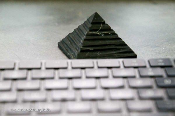 Schungit Pyramide kann gegen 5G Strahlung helfen