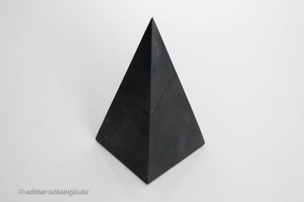 Pyramide hoch aus Schungit
