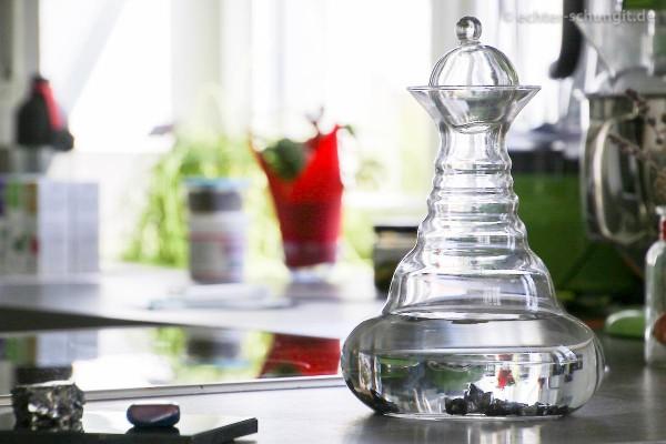 Echter Edel Schungit für Wasseraufbereitung in einer Karaffe