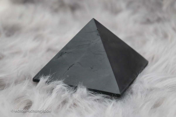 polierte Schungit Pyramide